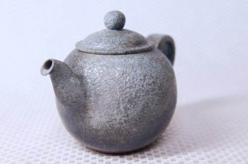 手拉坯成型,柴烧制成,壶嘴与壶把叼朔竹节造型